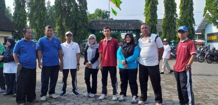 Pamong Desa Jagalan mengikuti Senam Jumat Pagi di Desa Singosaren